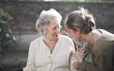 El cuidado de nuestros mayores: ¿Empleada de hogar en el domicilio o residencia de ancianos?